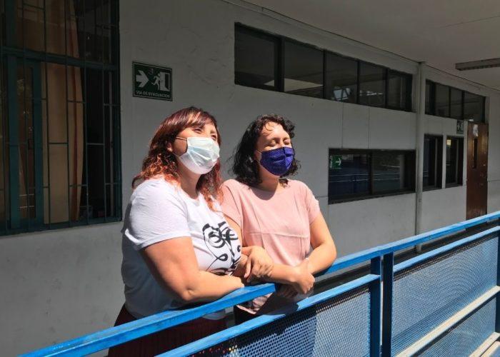 Nueva Construcción Colegio Jose Antonio Lecaros. Dos de nuestras profesoras miran hacia el exterior del colegio.